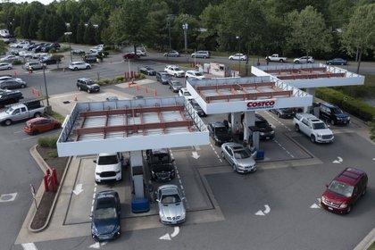 Clientes en Richmond, Virginia. La fila rodeaba todo el supermercado aledaño (AP)