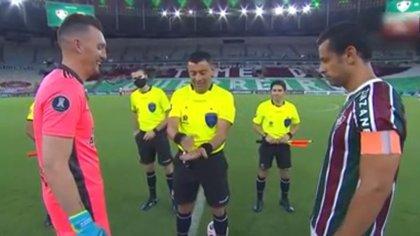 ¿Se refirió a Boca? La ocurrencia del árbitro chileno Tobar que descolocó a Franco Armani en Fluminense-River