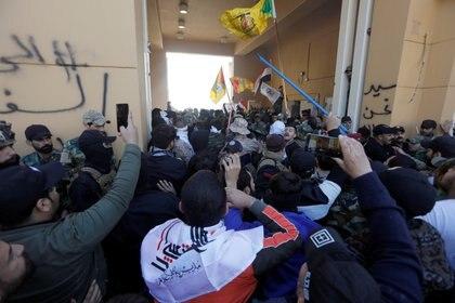 Tras forzar un gran portón, los milicianos lograron entrar a un espacio interno de la sede diplomática, pero fueron contenidos allí