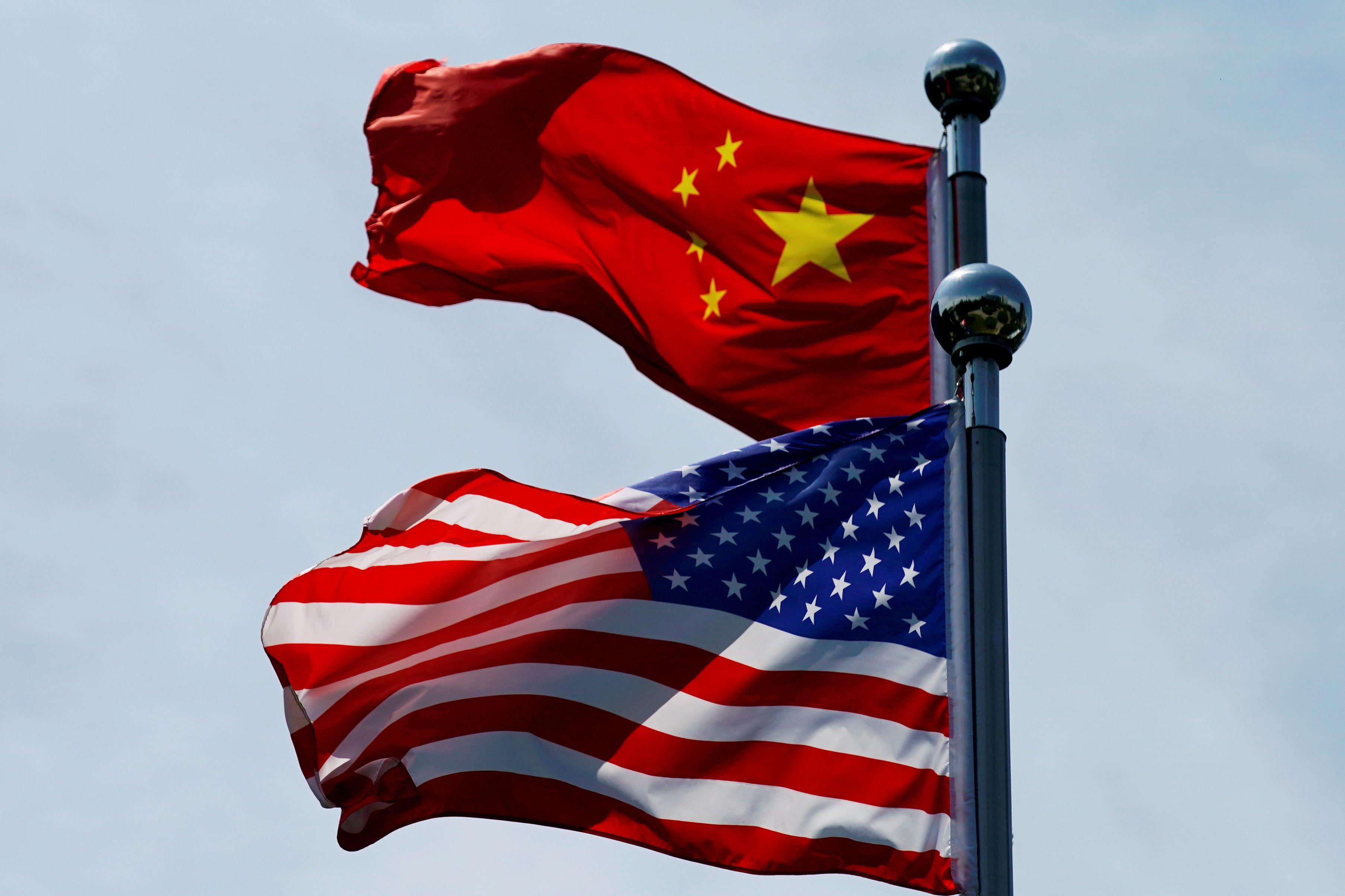 Las banderas de China y Estados Unidos ondean En Shanghái (Reuters)