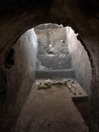 Partes de los cráneos y huesos de los dos hombres fueron encontrados durante la excavación de lo que alguna vez fue una elegante villa con una vista panorámica del mar Mediterráneo (Luigi Spina/Handout via REUTERS)