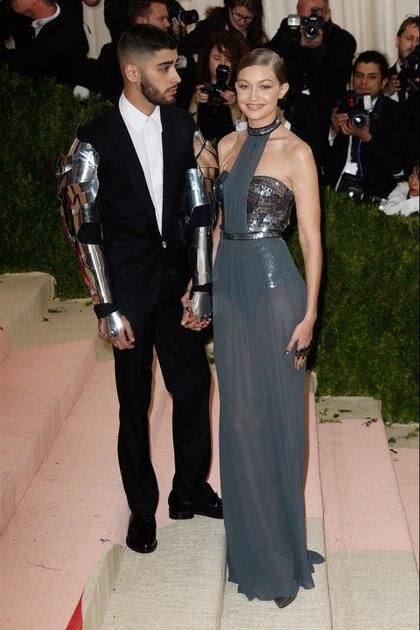 """Zayn Malik y Gigi Hadid en el evento """"Manus x Machina"""" de The Metropolitan Museum of Art de Nueva York en 2016."""