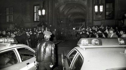 La entrada al edificio Dakota, horas después del crimen de John Lennon