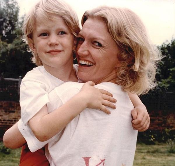 Alexander Atkins en brazos de su madre Anne en una fotografía tomada en 1991. Fue diagnosticado con Asperger entrado los 20 años