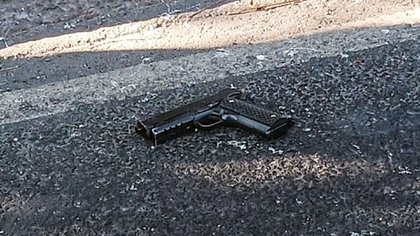 The body of the 24-year-old man was left in the road next to his gun (Photo: Twitter / @ JerrxG13)