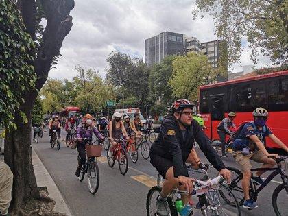 """Fueron alrededor de 300 ciclistas los que se manifestaron frente a la SSC en la glorieta de Insurgentes, donde se podían escuchar consignas como """"Caro no murió, un borracho la mató"""" y """"ni una bicicleta blanca nunca más"""" (Foto: Cortesía)"""