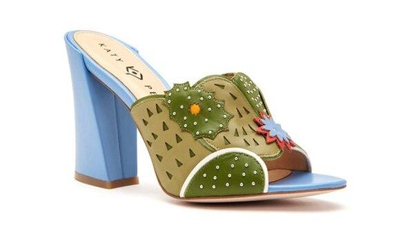 Taco alto. Celeste y verdes simulando ser un zapato de lleno de naturaleza, patchs en forma de flores y calados. El precio: 70 USD(Katy Perry Collections)