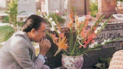 Carlos Menem orando frente a la tumba de Carlitos