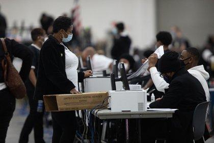 Voluntarios procesan votos anticipados en Detroit, Michigan, el 4 de noviembre.