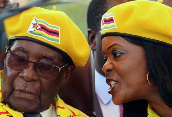 La primera dama Grace Mugabe le habla al oído al marido durante un acto en Harare, Zimbabwe, el pasado 8 de noviembre. Días después sería derrocado (Reuters)