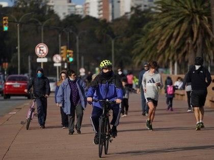 Varias personas pasean o montan bicicleta al aire libre en Uruguay, donde el gobierno ha logrado poner el coronavirus bajo control. Mayo, 2020. REUTERS/Mariana Greif
