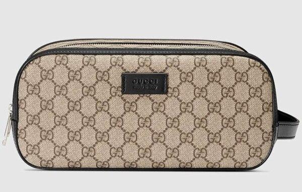 De lona y con el monogram tradicional de la marca (Gucci)