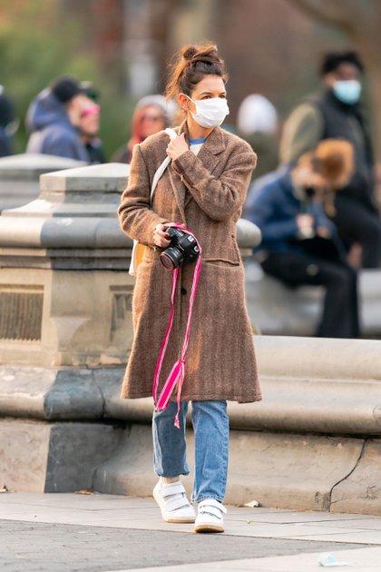 Nuevo pasatiempo. Katie Holmes paseó por las calles de Nueva York y se detuvo en el Washington Square Park para tomar fotografías con su cámara profesional. La actriz de 42 años se enfocó en unas flores del parque y estuvo atenta a las imágenes que tomó su lente