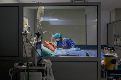 Una pandemia es una situación excepcional y pueden darse situaciones en las que los recursos como ventiladores o camas de cuidados intensivos no son suficientes para atender todas las necesidades de la población REUTERS/Giorgos Moutafis