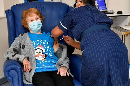 Margaret Keenan, de 90 años, fue la primera paciente en Gran Bretaña en recibir la vacuna contra el COVID-19 de Pfizer/BioNtech (Reuters)
