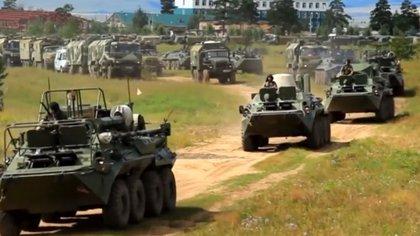 Vehículos rusos durante los ejercicios (Reuters/ captura de pantalla)