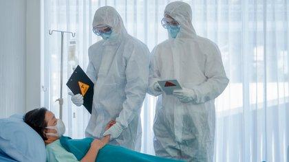 Algunos pacientes transitan la enfermedad del covid-19 de manera grave, otros de forma leve y otros de manera asintomática (Shutterstock)