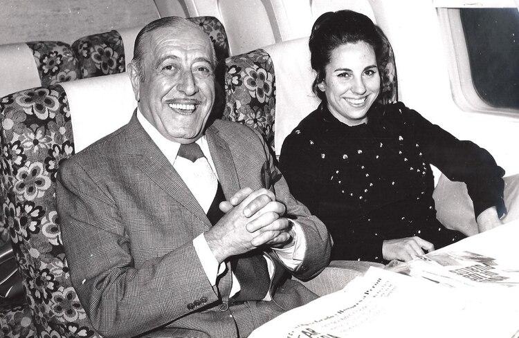 Héctor Cámpora dentro del avión que traía a Perón definitivamente a la Argentina, sonríe y se siente en el mejor de los mundos. A su lado Norma López Rega.
