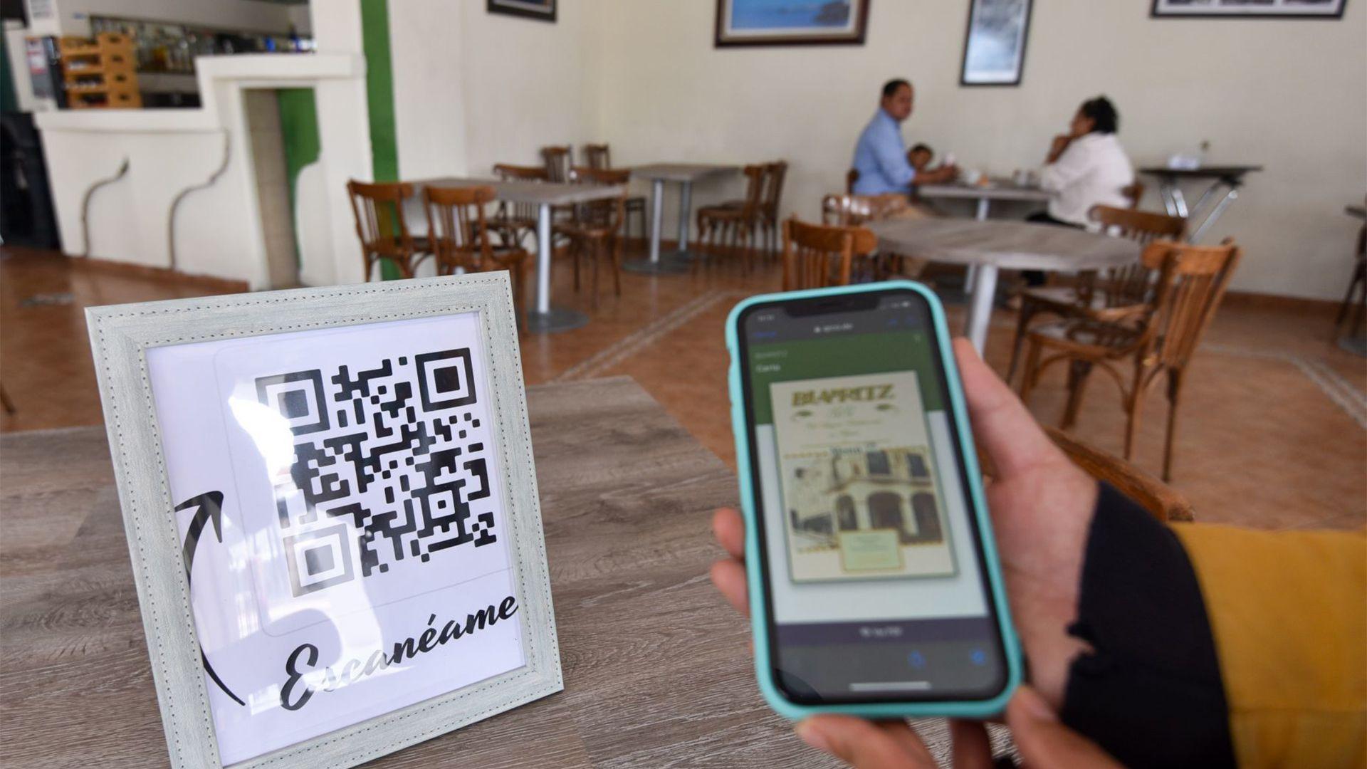 Algunos restaurantes han implementado los menús electrónicos que se escanean en códigos QR, para así evitar que los comensales toquen las cartas tradicionales (Foto: Cuartoscuro)