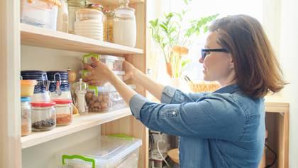 La mejor forma de hacer las compras es por grupo de alimentos, para organizarse mejor y que no falte nada (Shutterstock)