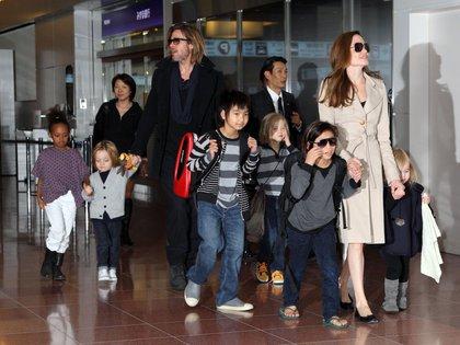 Brad Pitt, Angelina Jolie y sus hijos en 2011 (Crédito: Shutterstock)