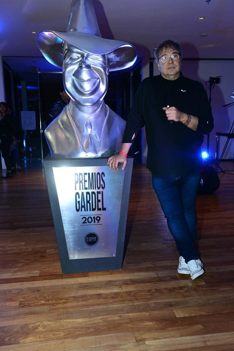 Lito Vitale y la réplica de un Premio Gardel.
