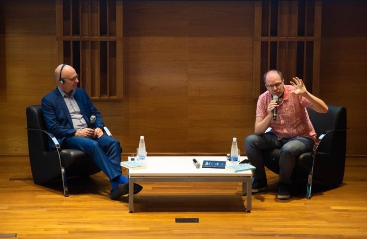 La única forma de mejorar la educación es con evidencia, con pruebas y la ciencia está hecha para esto, sostuvo el investigador y escritor argentino Diego Golombek junto a Stanislas Dehaene (Franco Fafasuli)