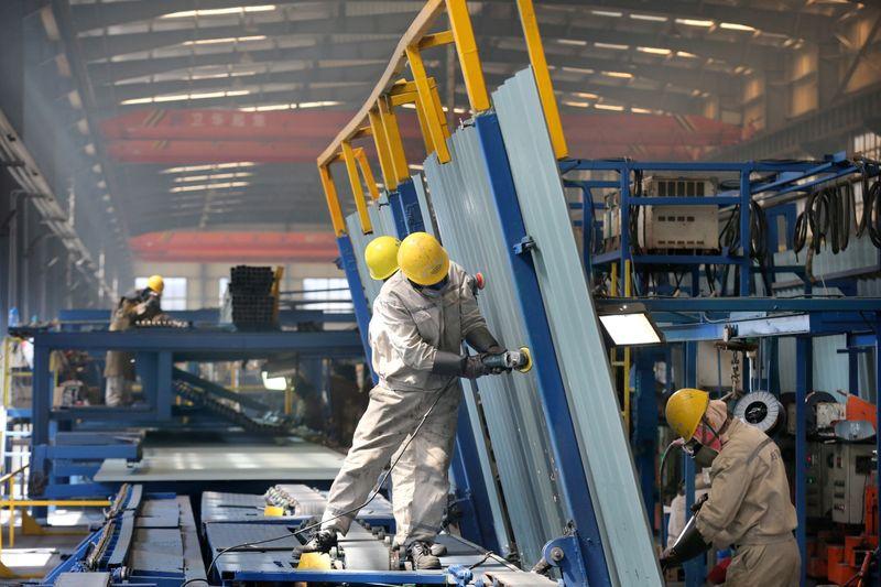 Las personas trabajan dentro de una fábrica de un parque industrial de construcción naval en un puerto de la ciudad de Qidong de Nantong, provincia de Jiangsu, China 16 de marzo de 2020. China Daily via REUTERS