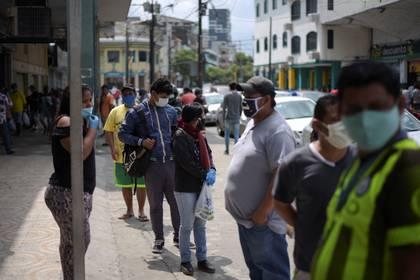 Personas hacen filas en Guayaquil, Ecuador (REUTERS/Vicente Gaibor del Pino)