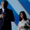 El presidente argentino, Alberto Fernández, habla cerca de la vicepresidenta Cristina Fernández de Kirchner en un escenario frente a la casa de gobierno después de su asunción, en Buenos Aires, Argentina, 10 de diciembre de 2019. REUTERS/Ueslei Marcelino