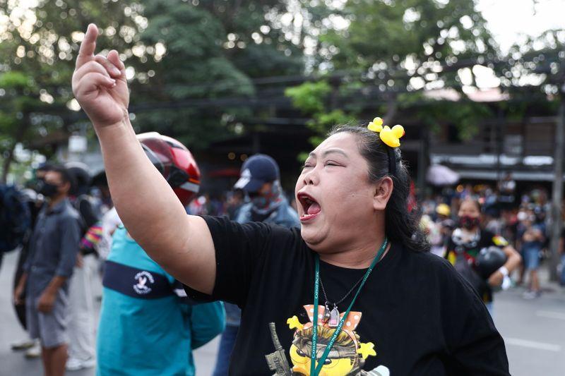 Una manifestante durante una protesta para pedir la dimisión del primer ministro tailandés y reformas en la monarquía celebrada en Bangkok, Tailandia, el 29 de noviembre de 2020. REUTERS/Athit Perawongmetha