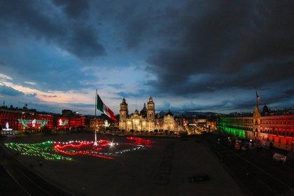 La plancha del Zócalo estuvo adornada con las tradicionales luces de fiestas patrias y con la silueta del territorio mexicano (Foto: EFE)