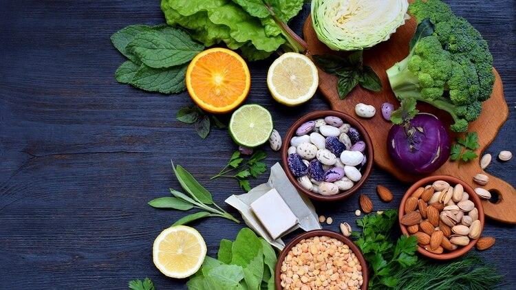 Los folatos se encuentran principalmente en los vegetales de hojas verdes (Shutterstock)