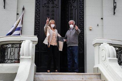 La intendenta electa de Montevideo, Carolina Cosse, y el ex presidente uruguayo Tabaré Vázquez, mantuvieron un encuentro este lunes tras las elecciones del domingo (EFE)
