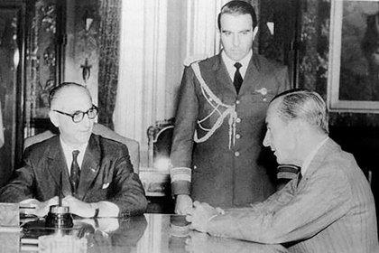 Arturo Frondizi dialoga con Pedro Eugenio Aramburu