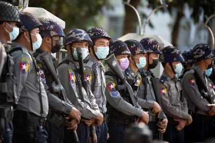 La policía controla una protesta en Yangon, Myanmar. REUTERS/Stringer