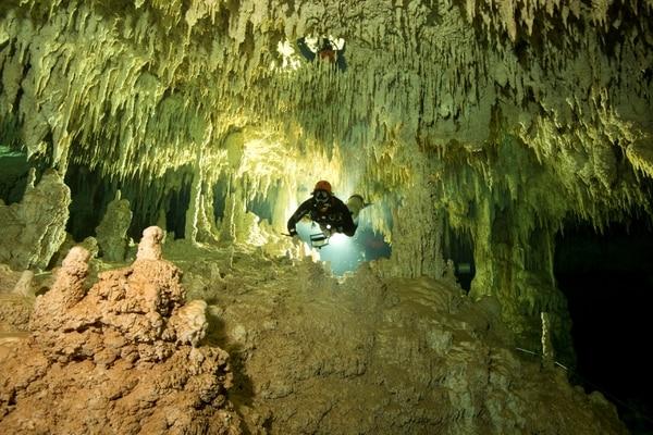 Dos arqueólogos subacuáticos en la cueva del Gran Acuifero Maya (Gran Acuifero Maya Project (GAM)/via REUTERS)