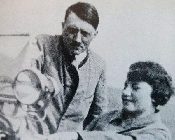 Hitler y su sobrina Geli en un automóvil