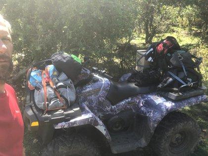 La familia recorre su propiedad a escondida de los mapuches para poder aprovisionarse con elementos que les acercan desde el exterior