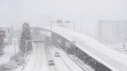 Los autos se abren paso en en la autopista Interstate 705 en Tacoma