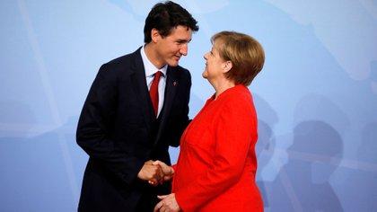 Angela Merkel recibió a Justin Trudeau en la cumbre del G-20. Ambos escogieron una tonalidad fuerte y llamativa (Reuters)