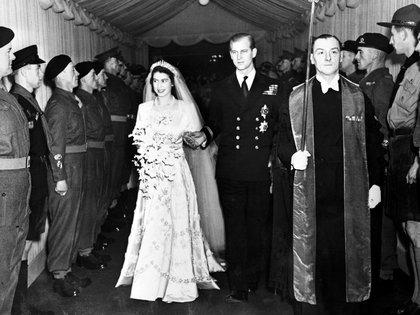 La reina Isabel y el príncipe Felipe el día de su casamiento (AP)