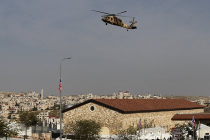 Un helicóptero Blackhawk de la fuerza aérea israelí que transporta al secretario de Estado de los Estados Unidos, Mike Pompeo, se cierne sobre la bodega Psagot (Foto de Ahmad GHARABLI / AFP)