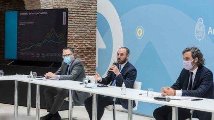 Matías Kulfas, Martín Guzmán y Santiago Cafiero en la reunión con empresarios celebrada ayer en la Casa Rosada (Foto: Presidencia)