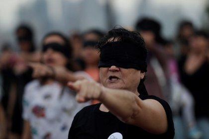 """Varias mujeres bailan la coreografía chilena """"Un violador en tu camino"""". EFE/ Bienvenido Velasco/Archivo"""