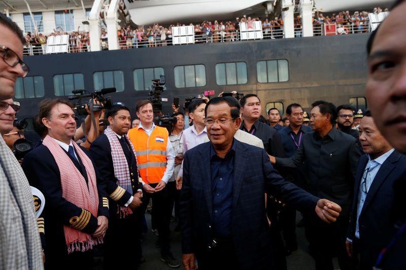 El primer ministro de Camboya, Hun Sen, da la bienvenida a la tripulación del MS Westerdam, un crucero que pasó dos semanas en el mar después de que cinco países lo rechazara por temor a que alguien a bordo pudiera tener el coronavirus, mientras atraca en Sihanoukville, Camboya, el 14 de febrero de 2020. REUTERS/Soe Zeya Tun