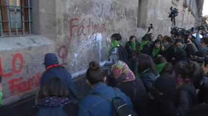Decenas de mujeres protestaron el martes en la residencia presidencial de México por el asesinato de una menor de siete años en la capital mexicana, un caso que generó ira e indignación en un país acostumbrado a la violencia.