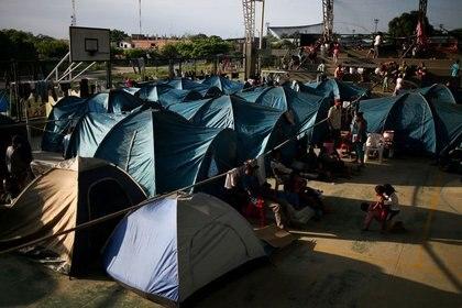 Migrantes venezolanos permanecen dentro de un coliseo donde se ha instalado un campamento temporal, luego de huir de su país por operaciones militares, según la agencia de migración de Colombia, en Arauquita (REUTERS/Luisa González)