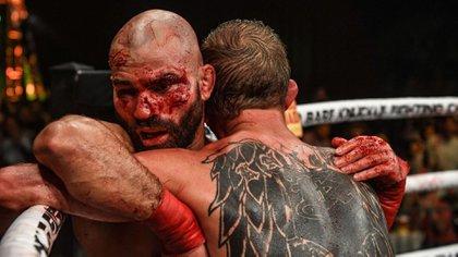 La pelea con los nudillos al descubierto causa grandes secuelas en los peleadores (@FV360TstreeT)