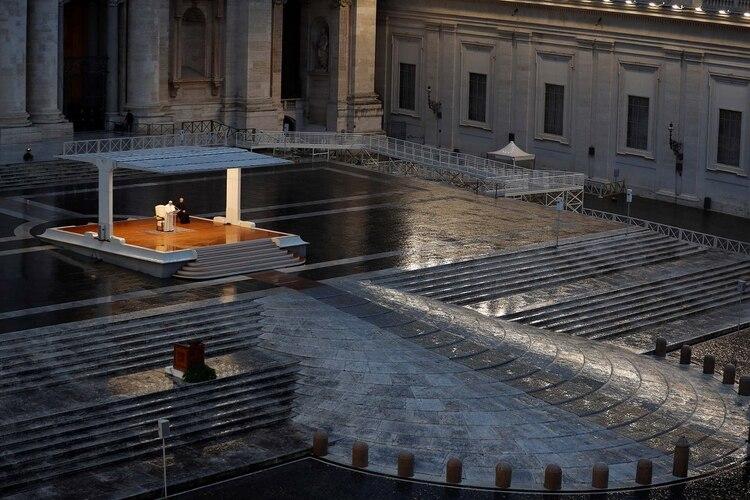 El papa Francisco durante la indulgencia plenaria para la emergencia del coronavirus en la plaza San Pedro de Roma (REUTERS/Yara Nardi)